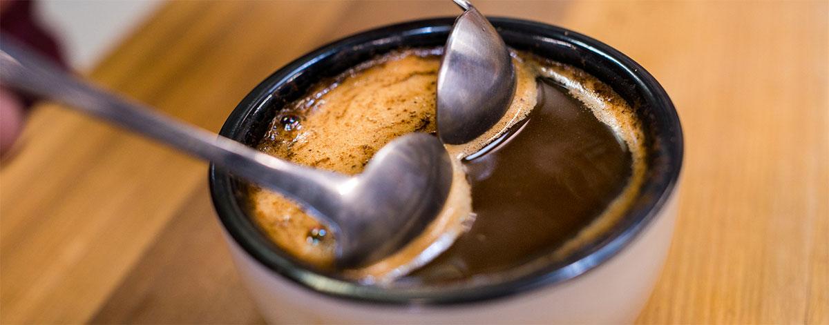 Retirer la croûte du café avec 2 cuillères