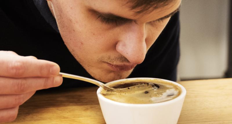Casser la croûte d'un café en cupping